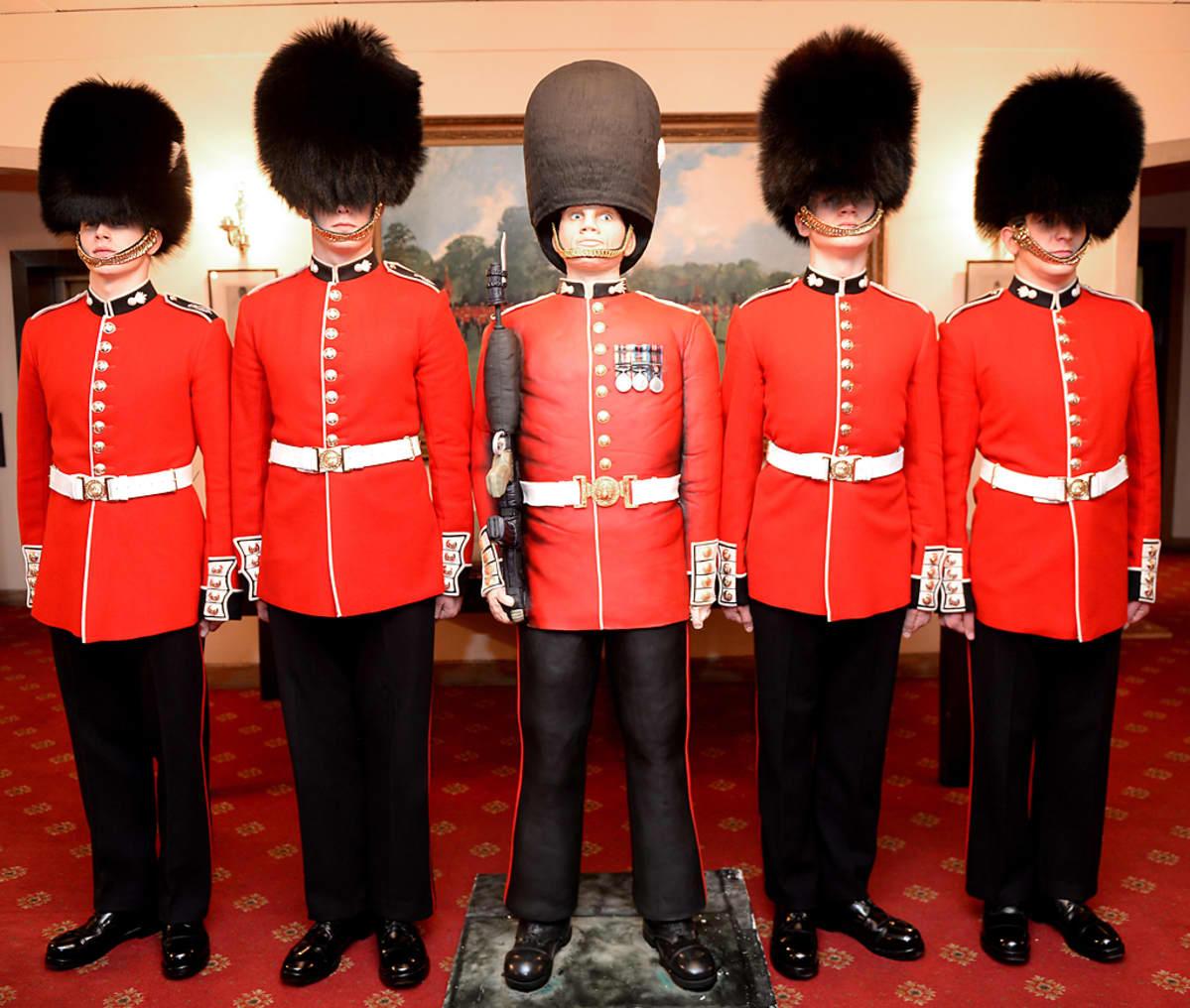 Krenatöörikaartin vartiosotilas Johan Brunt, vartiosotilas George Parker, Vartiosotilas Gus -kakku, vartiosotilas Harry Aspishaw, sekä vartiosotilas James Brookes.