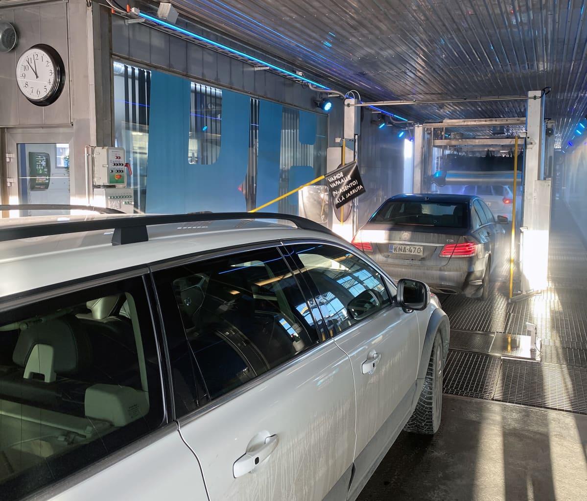 Autot jonottavat pesukadulle