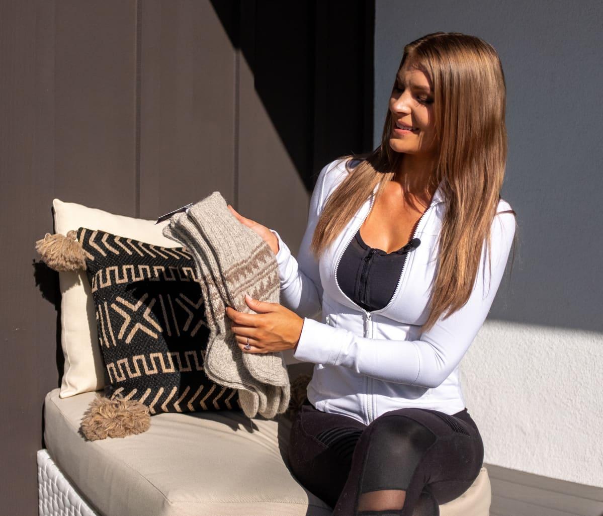 Pia Lamberg esittelee yrityksensä villasukkia