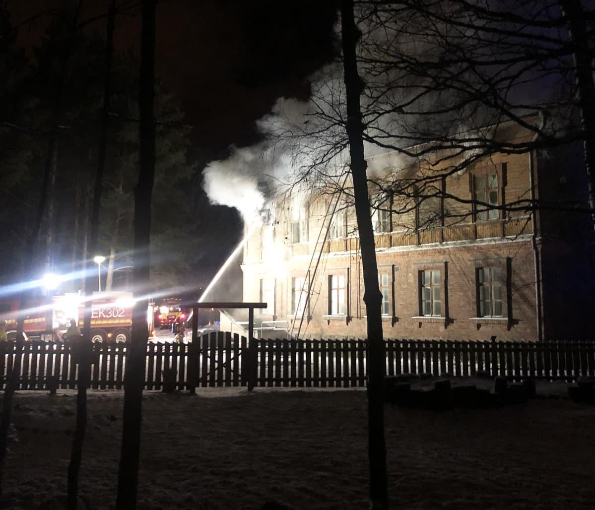 Steiner-koulun rakennus palaa Lappeenrannassa.