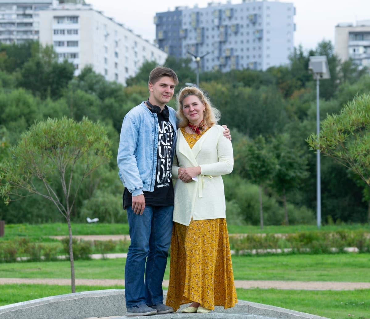 Fjodor Hudokormov äitinsä Jelena  Matjušinan kanssa.