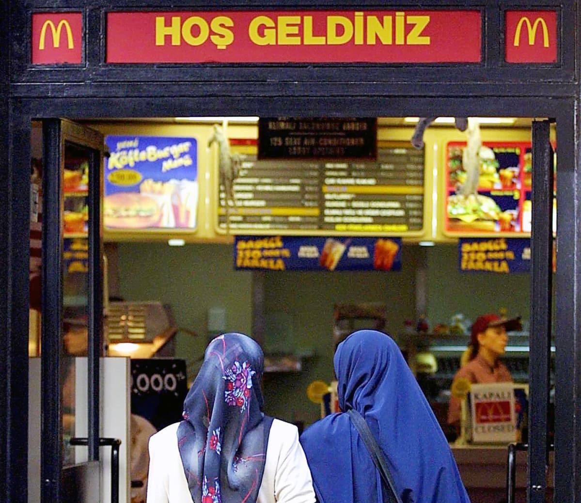 Tervetuloa -kyltti McDonald's -ravintolan ovella Istanbulissa.