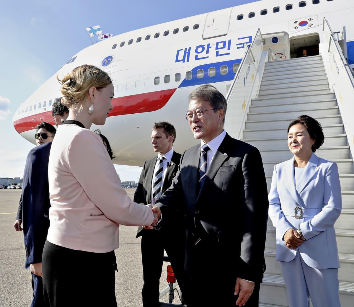 Etelä-Korean tasavallan presidentti Moon Jae-in saapui puolisonsa kanssa maanantaiaamuna Suomeen.. Uusi elinkeinoministeri Katri Kulmuni otti heidät vastaan.