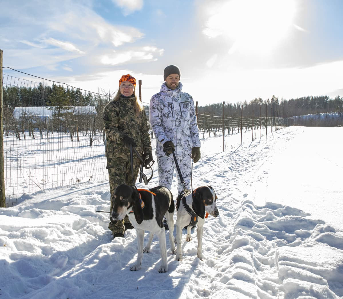 Tero Lannes ja Sonja Hyväri metsästyskoiriensa kanssa.