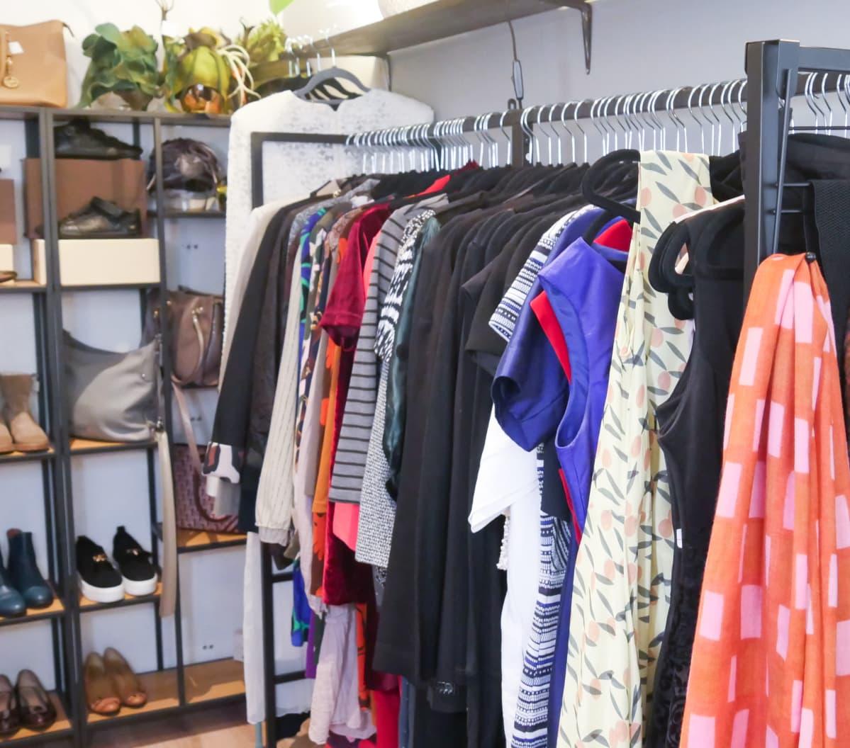 Reveni-vaatekaupassa vaatteita rekillä.
