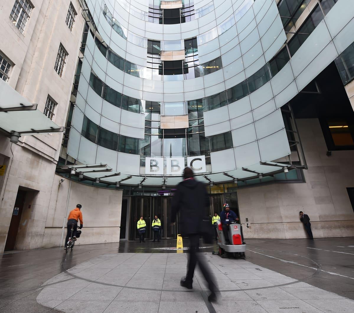 Britannian yleisradioyhtiön BBC:n päärakennus Lontoossa. Ihmisiä kulkee pääovesta sisään.