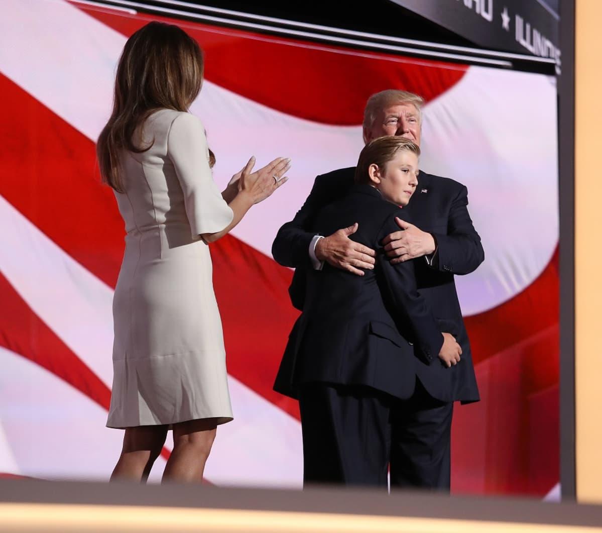 Donald Trumpin vaimonsa Melanian ja poikansa Trumpin kanssa Clevelandissa Ohiossa republikaanien puoluekokouksessa heinäkuussa.
