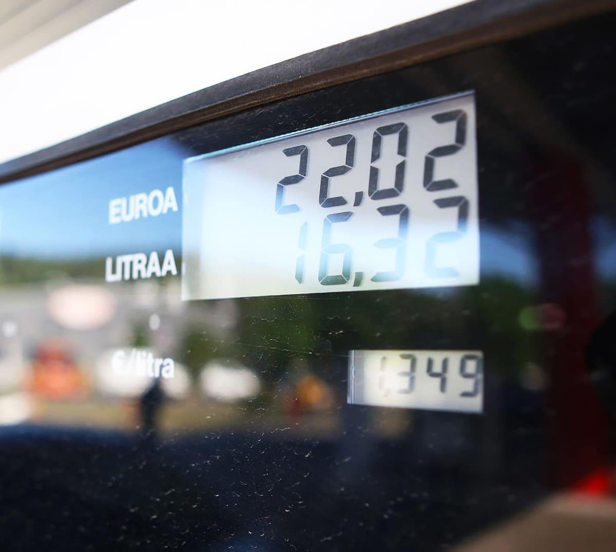Polttoainehintoja pumpulla.