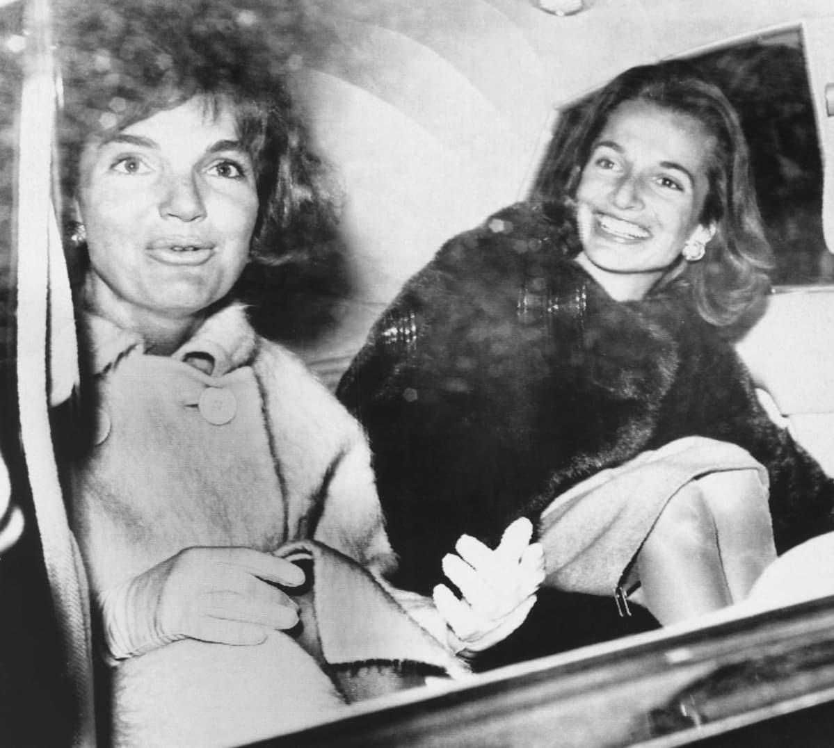 Jacqueline Kennedy (vas.) kuvattuna siskonsa Lee Radziwillin knassa Washingtonissa maaliskuussa 1961.