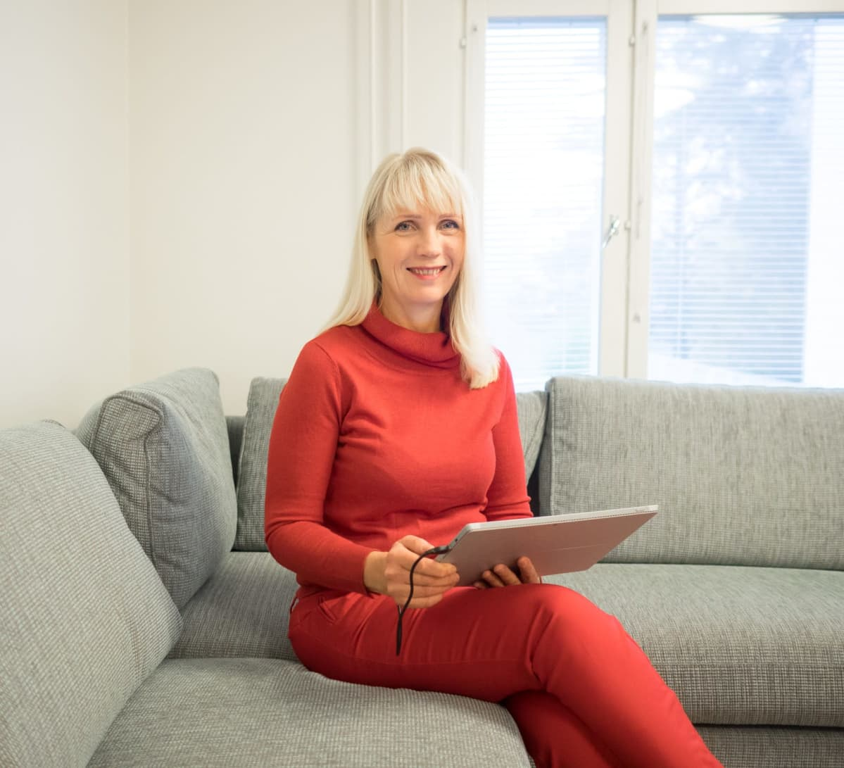 Johanna Sergejeff istuu sohvalla