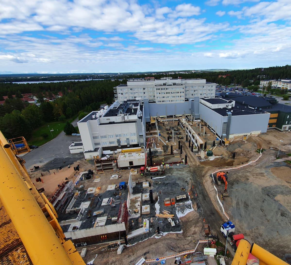 Lapin keskussairaalan laajennustyömaa nosturista kuvattuna elokuussa 2020