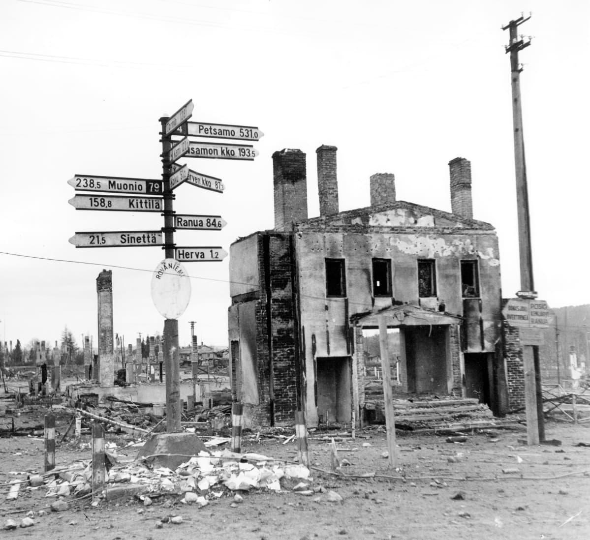 Jatkosota, Lapin sota. Saksalaisten tuhoama talo Rovaniemellä 1944.