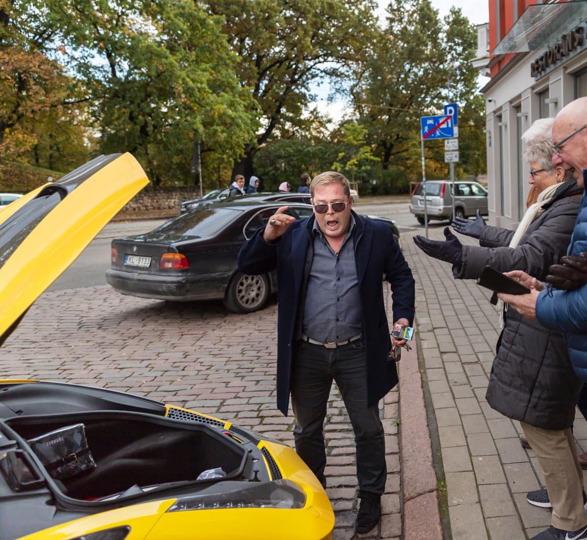 Kari Wahlroos esittelee autoaan.