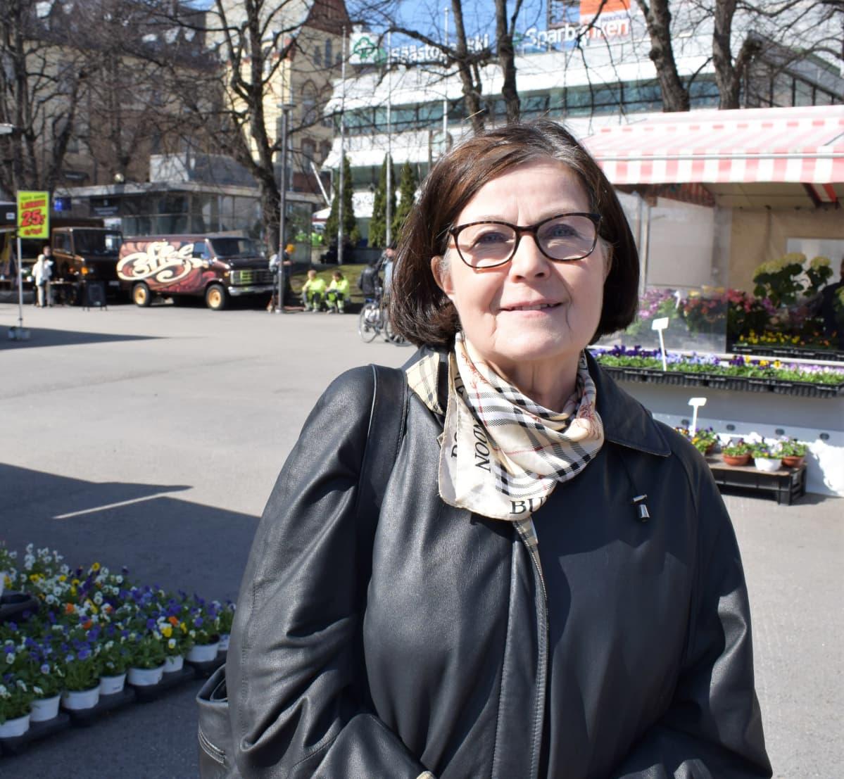 Suomen kielen emeritaprofessori Kaisa Häkkinen seisoo Turun kauppatorilla