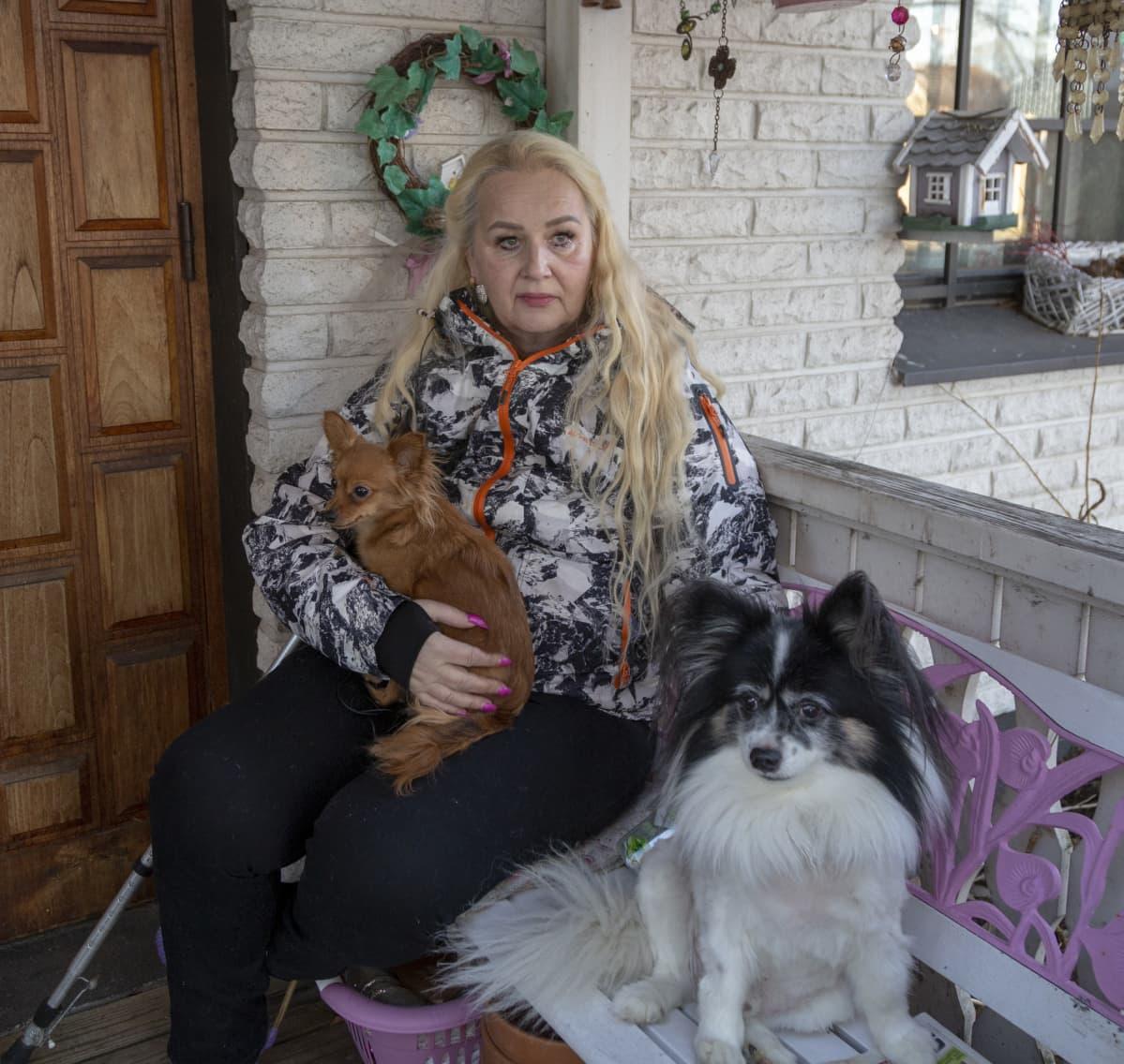 Rintasyöpää sairastava Anne Finström kotonaan Uudessakaarlepyyssä.