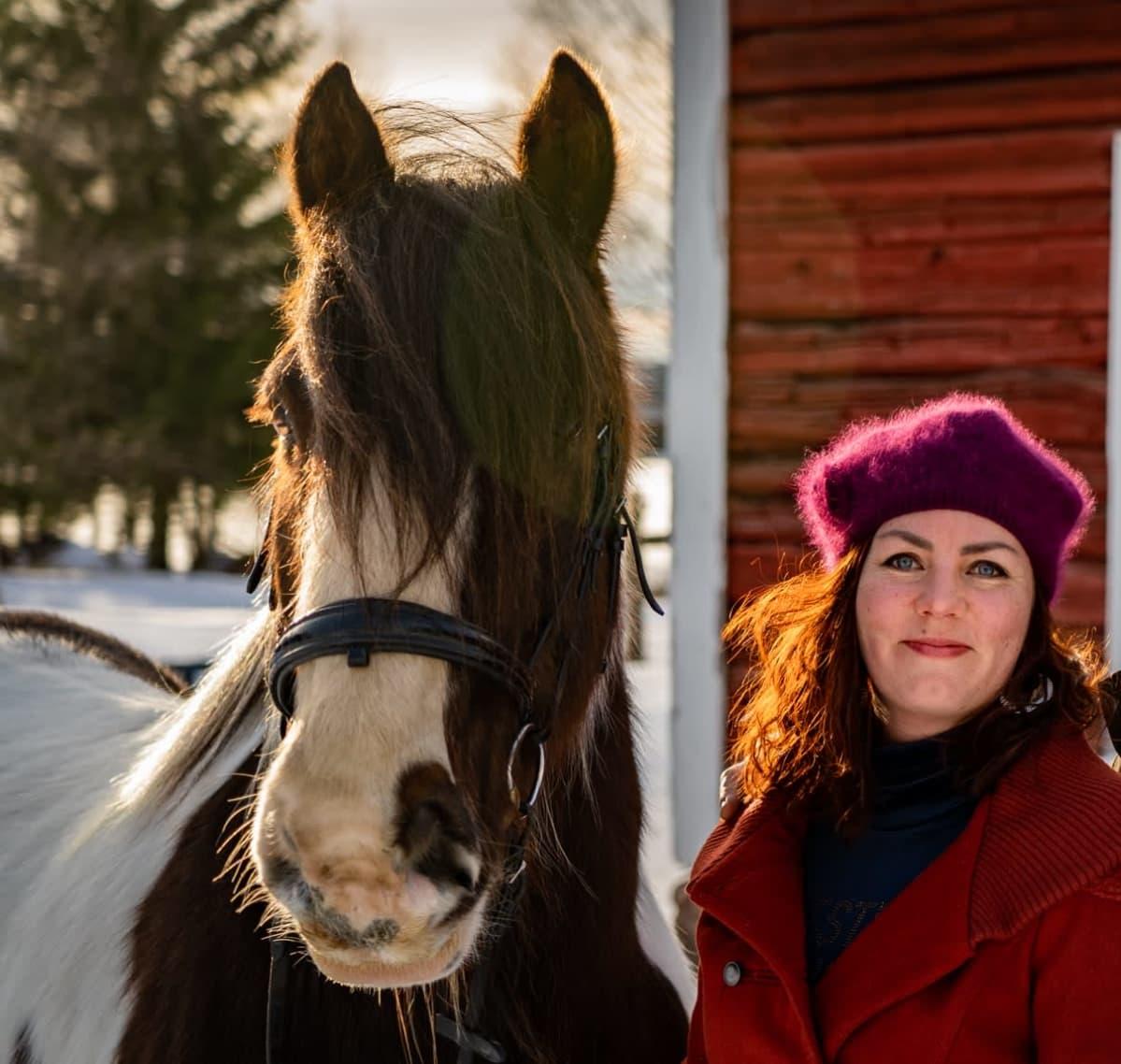 Venla Laukkanen kotipihassaan hevosensa kanssa.
