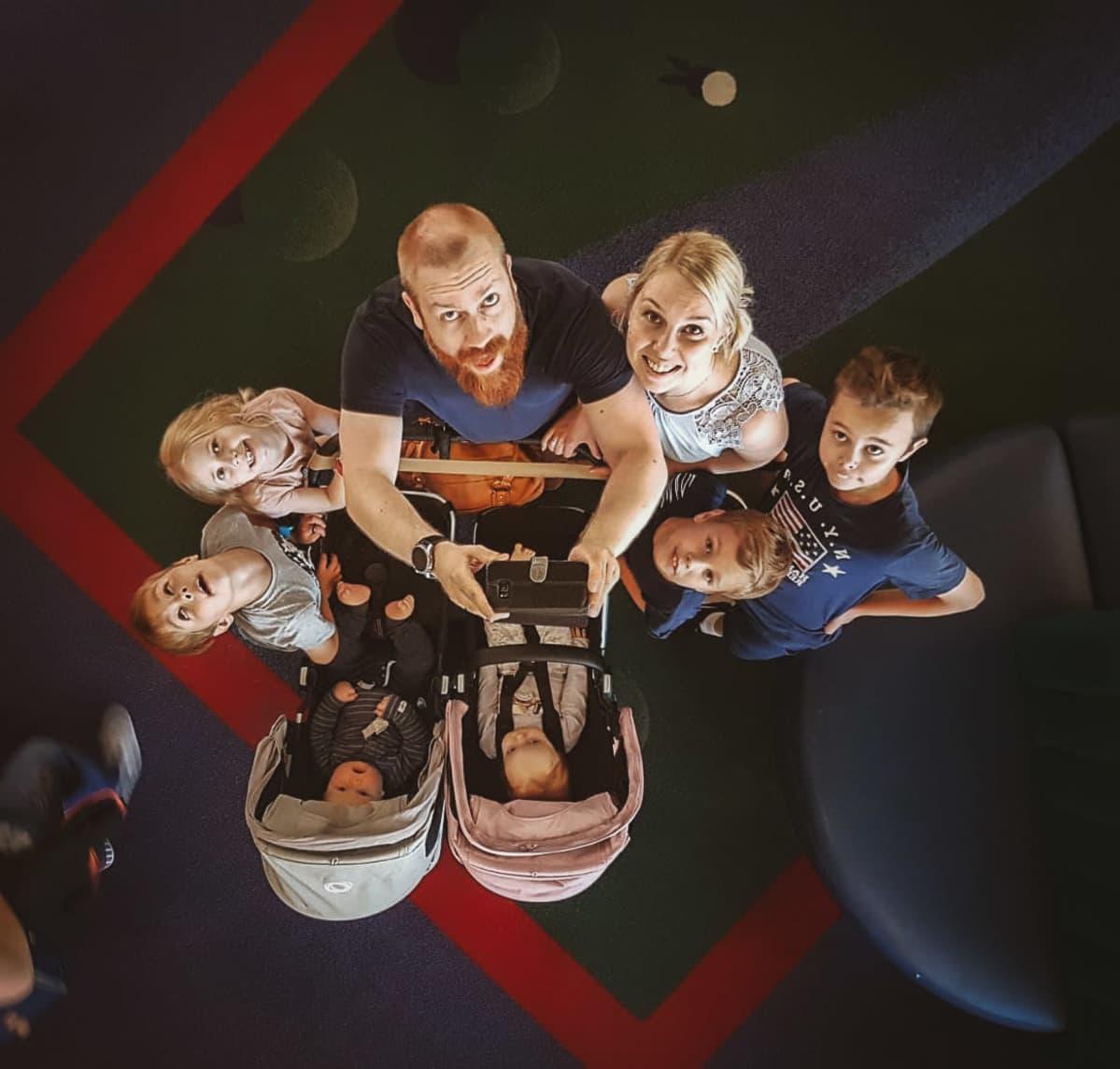 Tolosen perhe, äiti, isä ja kuusi lasta