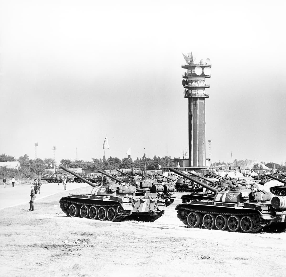 Neuvostopanssareita  Prahan TV-tornin edustalla.