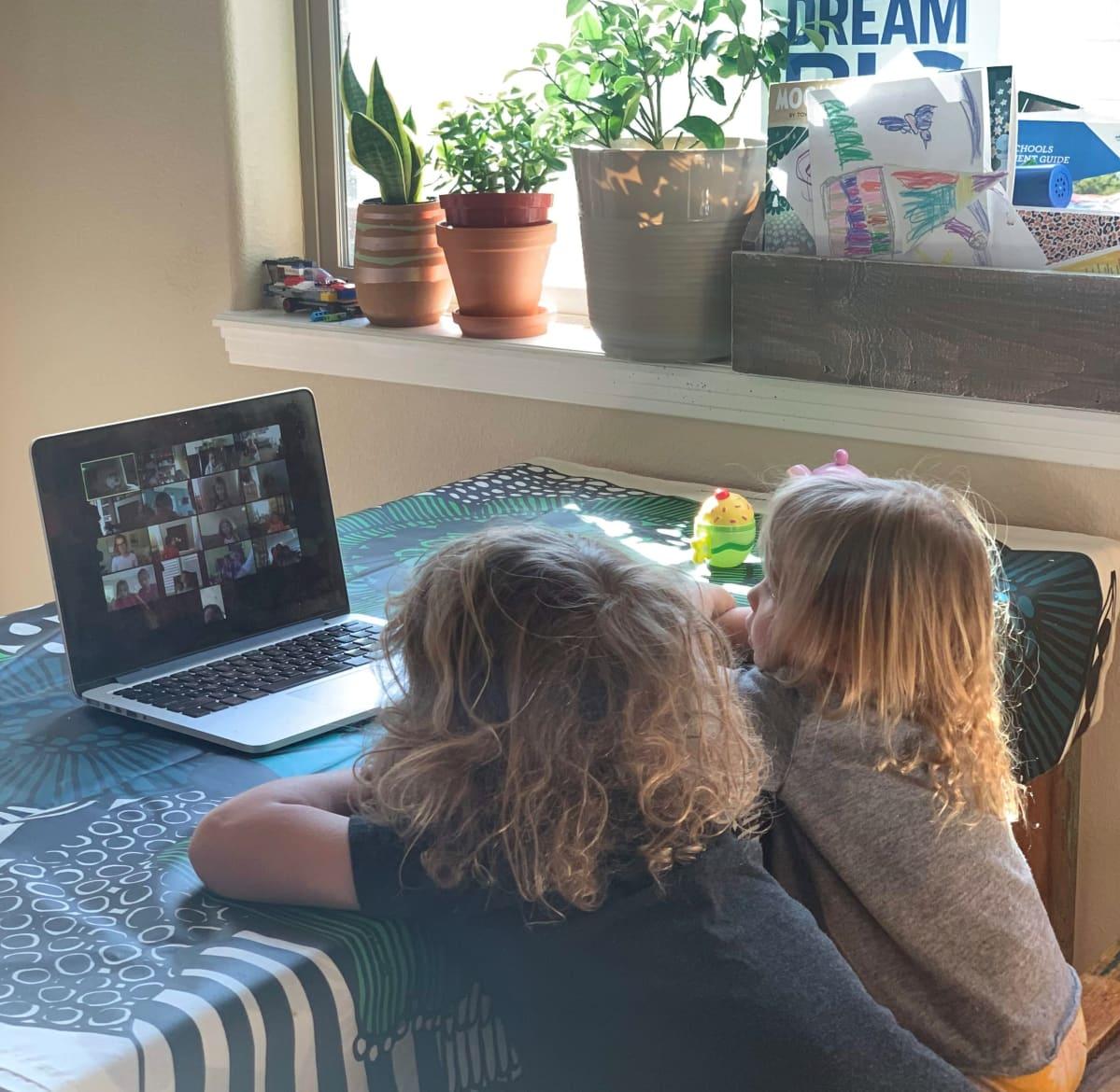 Lapsia tietokoneen ääressä
