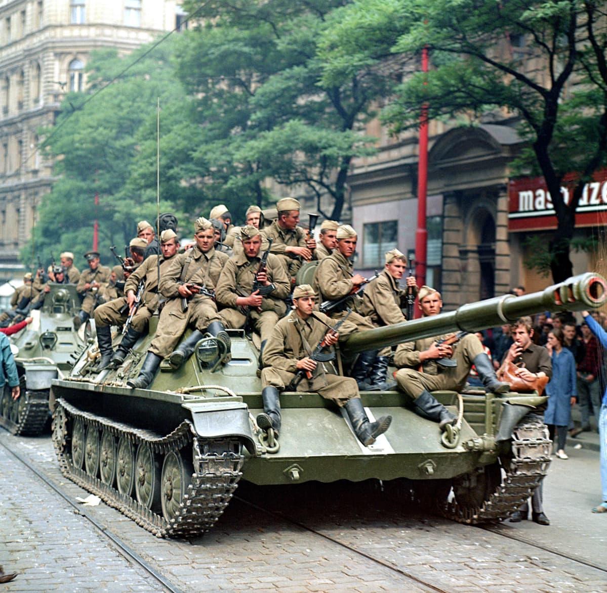 Neuvostosotilaita panssareiden päällä Prahan kadulla elokuussa 1968.