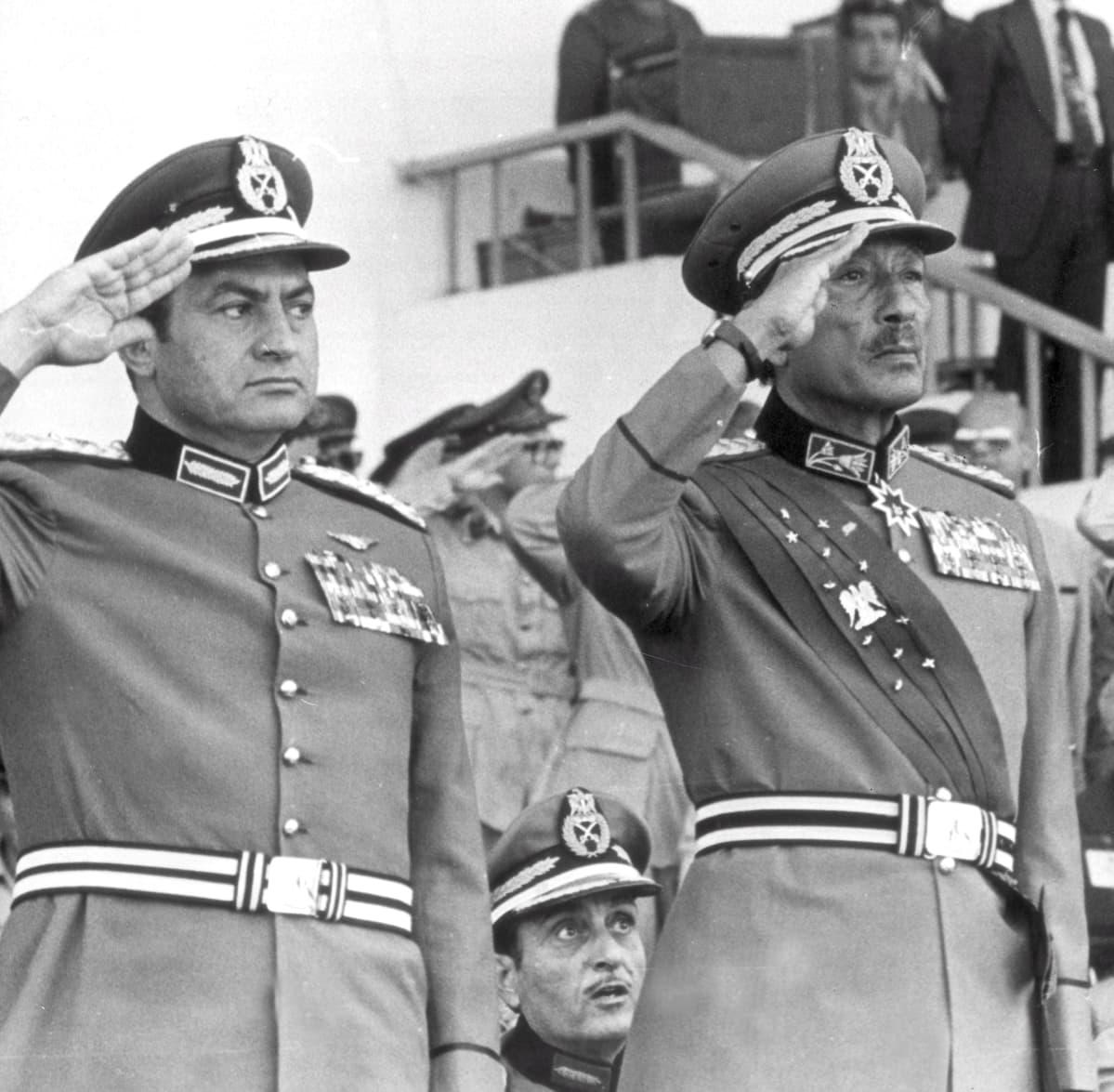 Hosni Mubarak ja Anwar al-Sadat sotilasparatiissa Kairossa 1981.