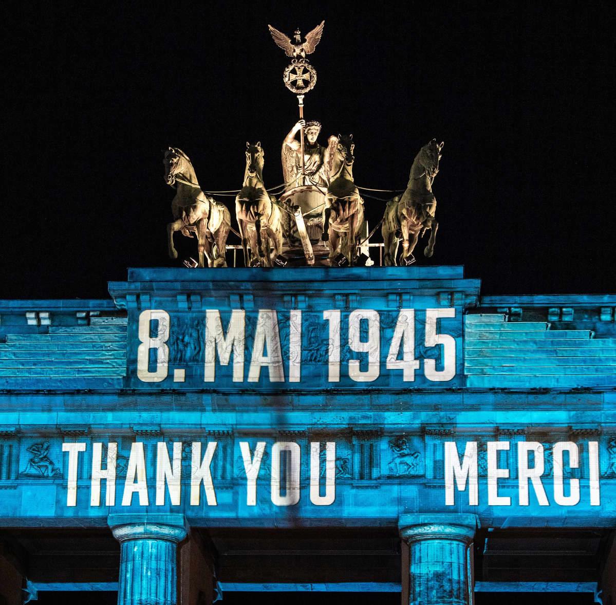 Brandenburgin porttiin on heijastettu teksti 8. Mai 1945 ja sen alla kiitoksia eri kielillä. Kuvassa näkyy englanniksi THANK YOU ja ranskaksi MERCI.