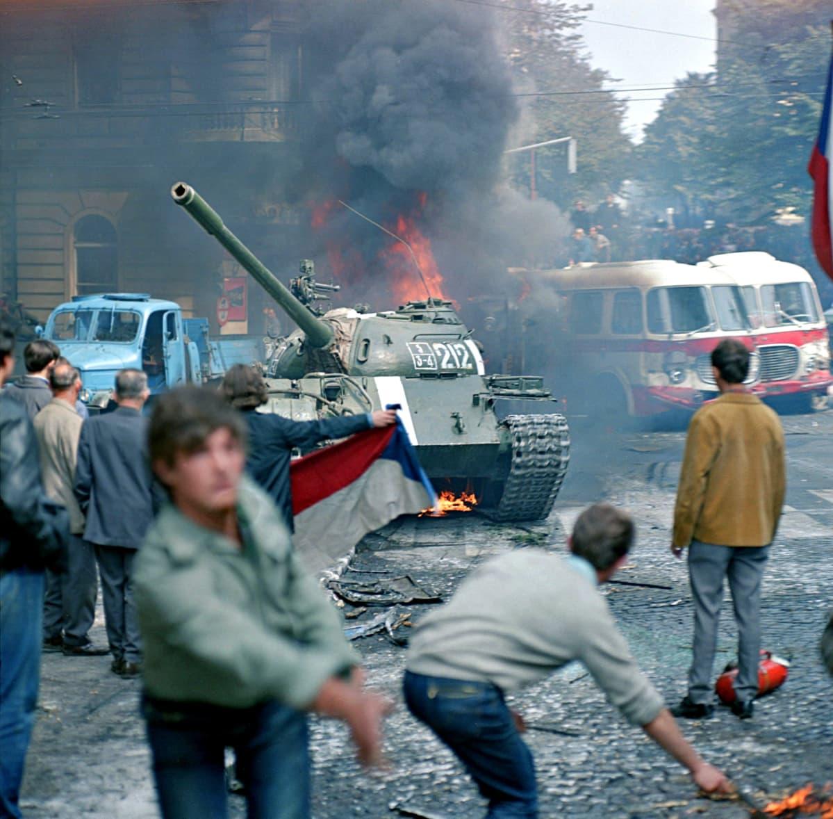 Neuvostopanssareita Prahan kadulla elokuussa 1968.