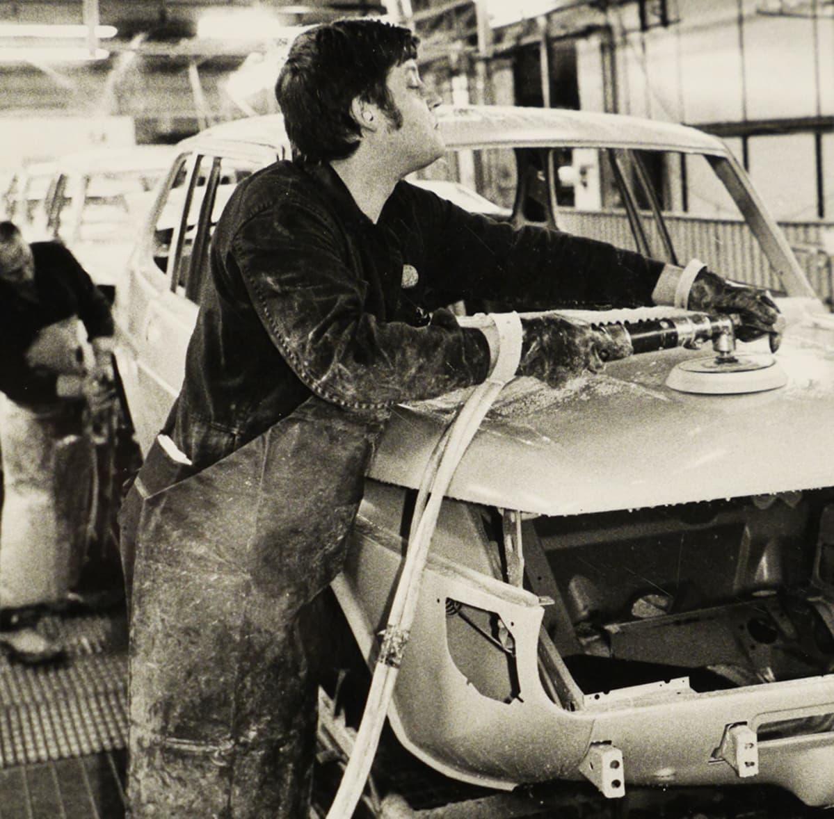 Vanha valokuva autotehtaalta.