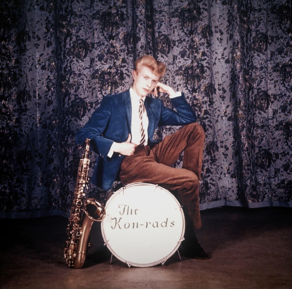 David Bowie The Konrads-yhtyeen saksofonistina noin vuonna 1962.
