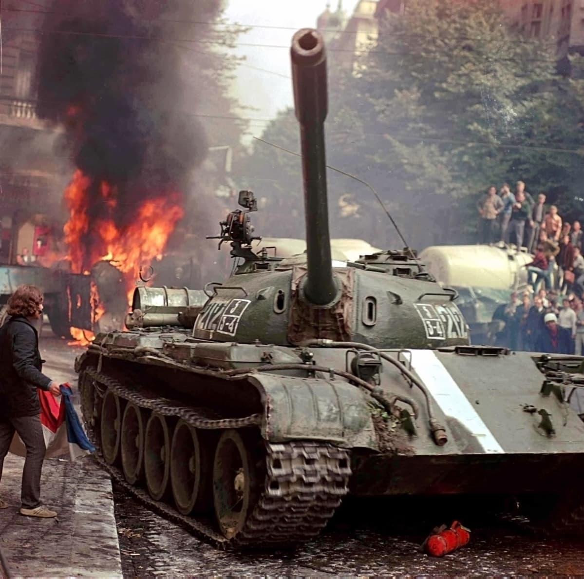 Neuvostotankkeja Prahan kadulla.