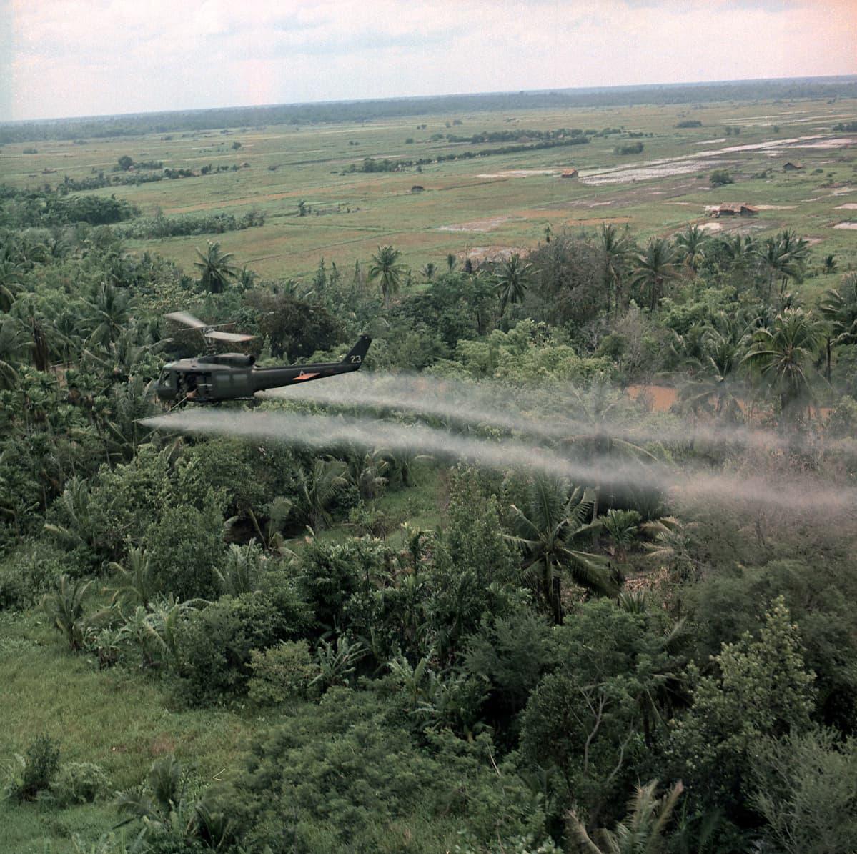 Yhdysvaltalaiskone laskee kasvimyrkkyä viidakkoon Vietnamin sodassa