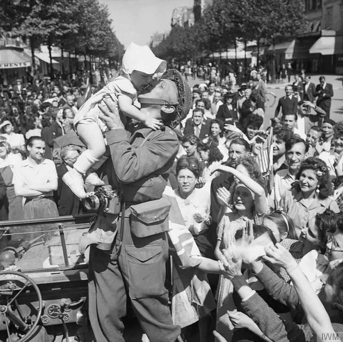 Sotakuvaaja suutelee lasta Pariisissa 26. elokuuta 1944.
