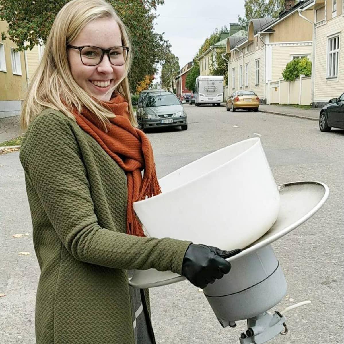 Sonja Hirviniemi lamppunsa kanssa