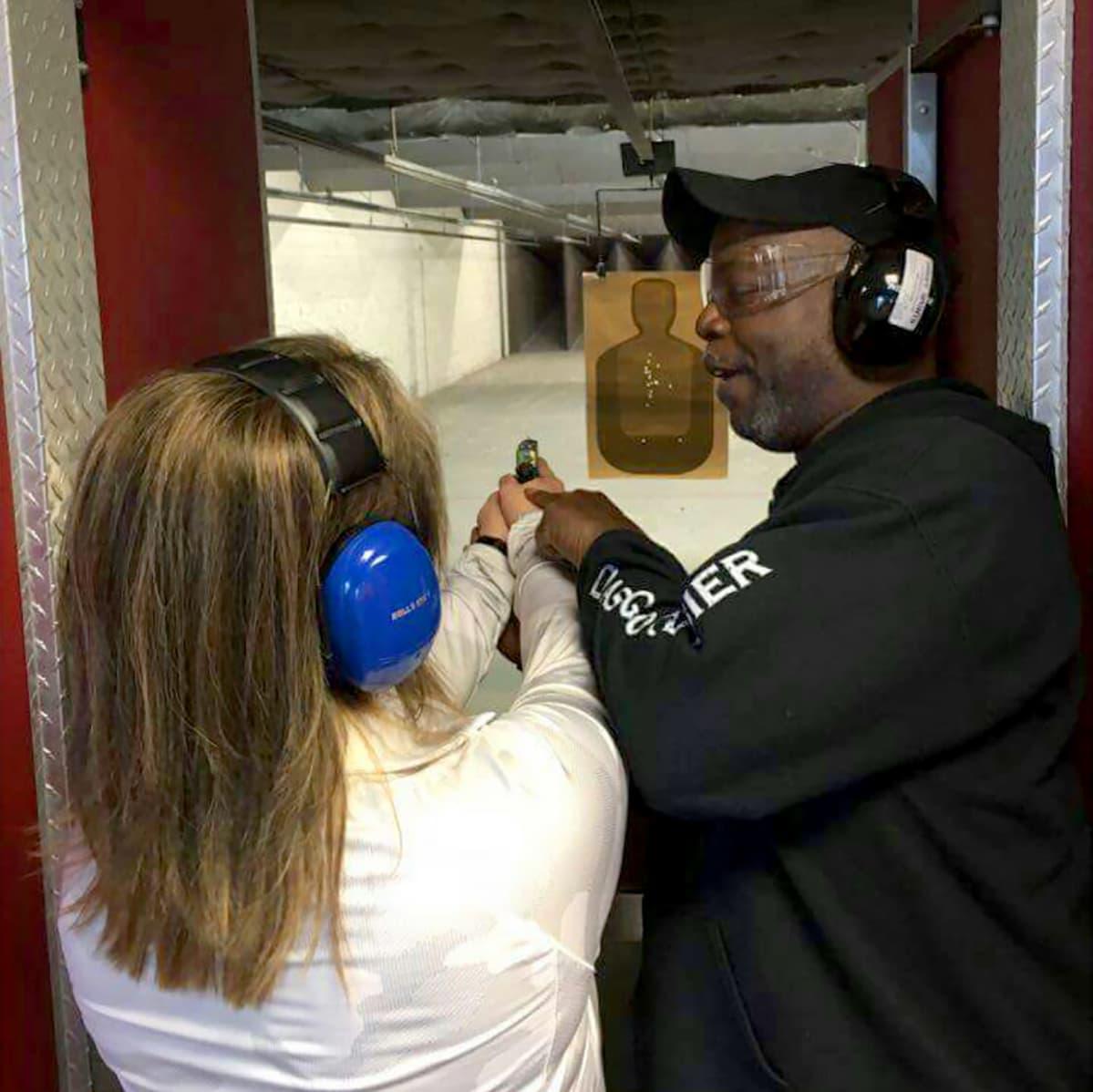 Asekouluttaja Rick Ector oppilaansa kanssa Michiganissa