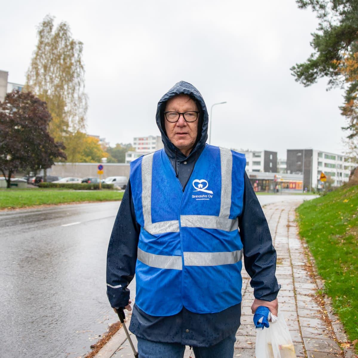Pekka Kiuru kävelee Hepokullassa sateessa.