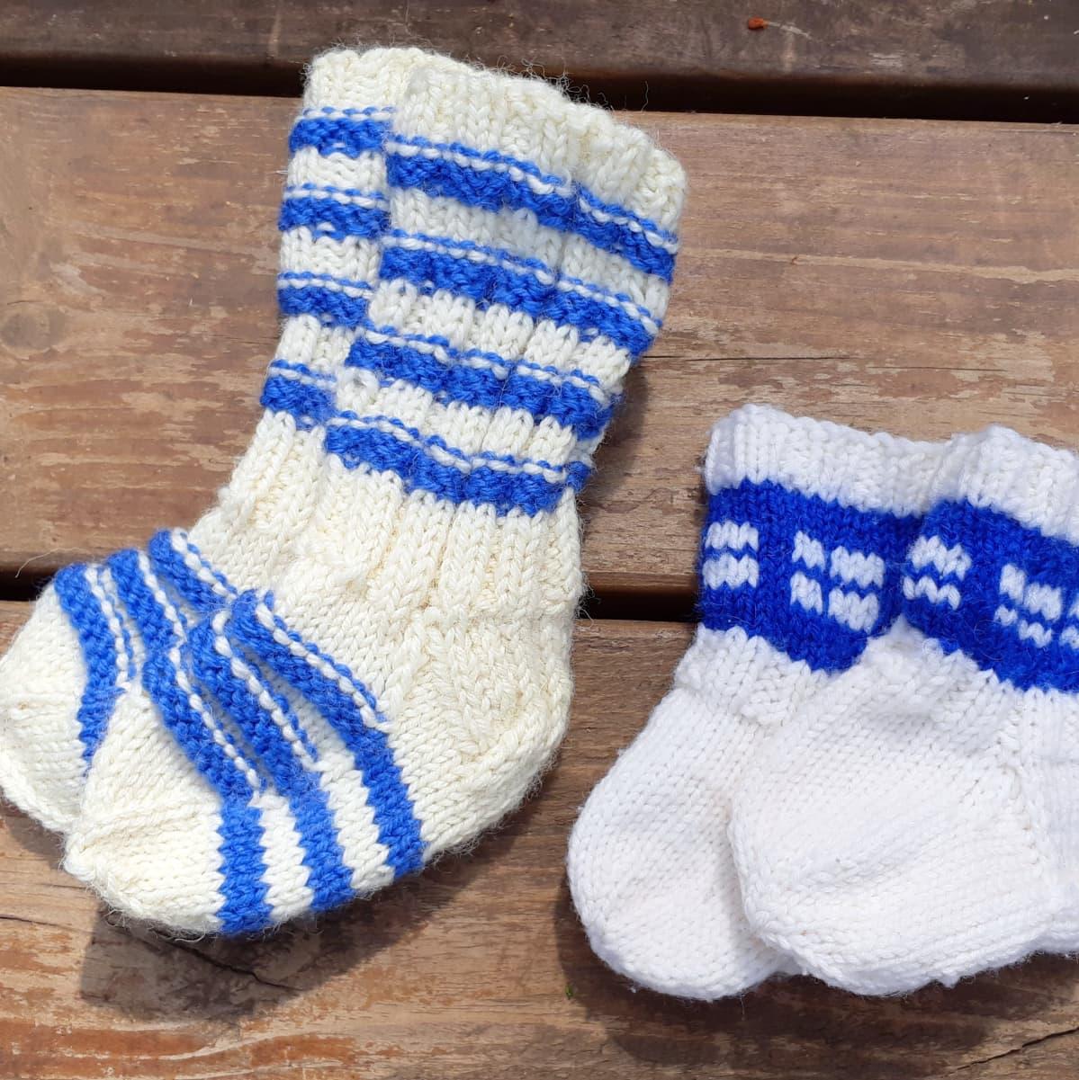 Tyksissä Turussa vauvoille on tarjolla monenvärisiä sukkia. Tässä kaksi paria sinivalkoisia.