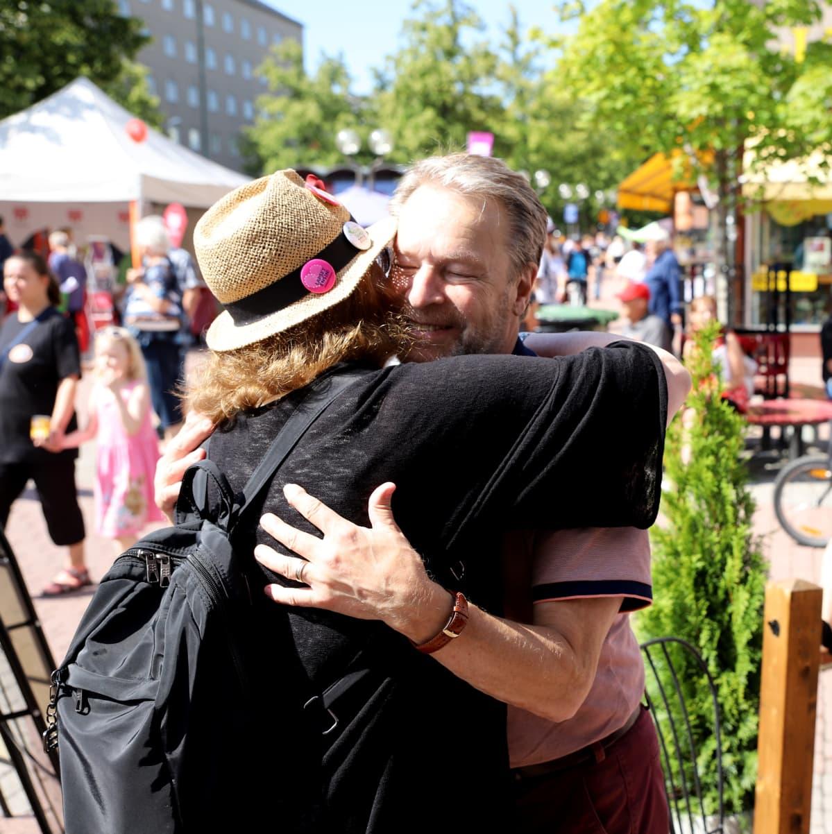 Ilkka Kanerva halaa naista