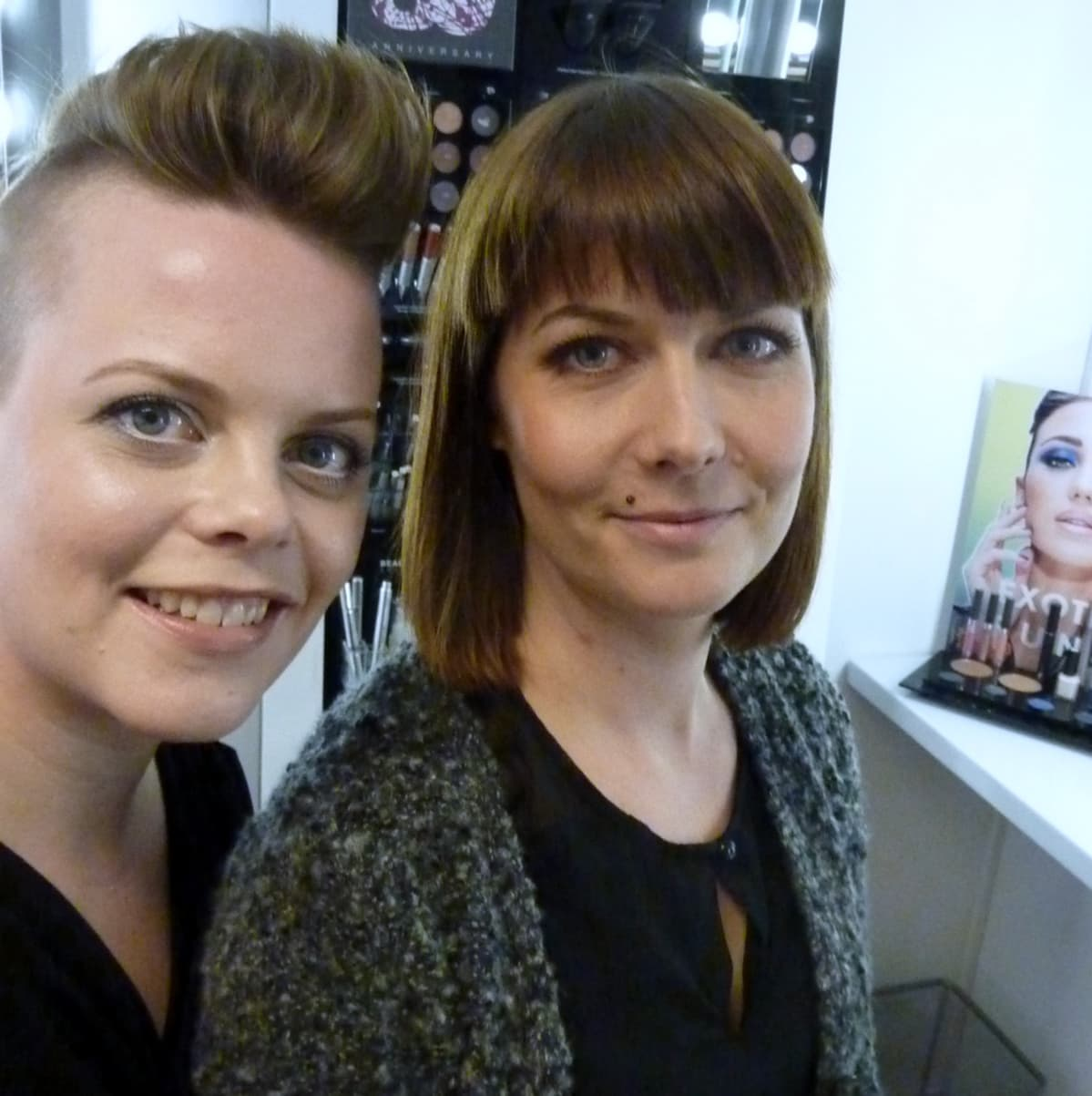 Mikaela Löfroth ja Tiina Lamberg ottivat itsestään selfien.