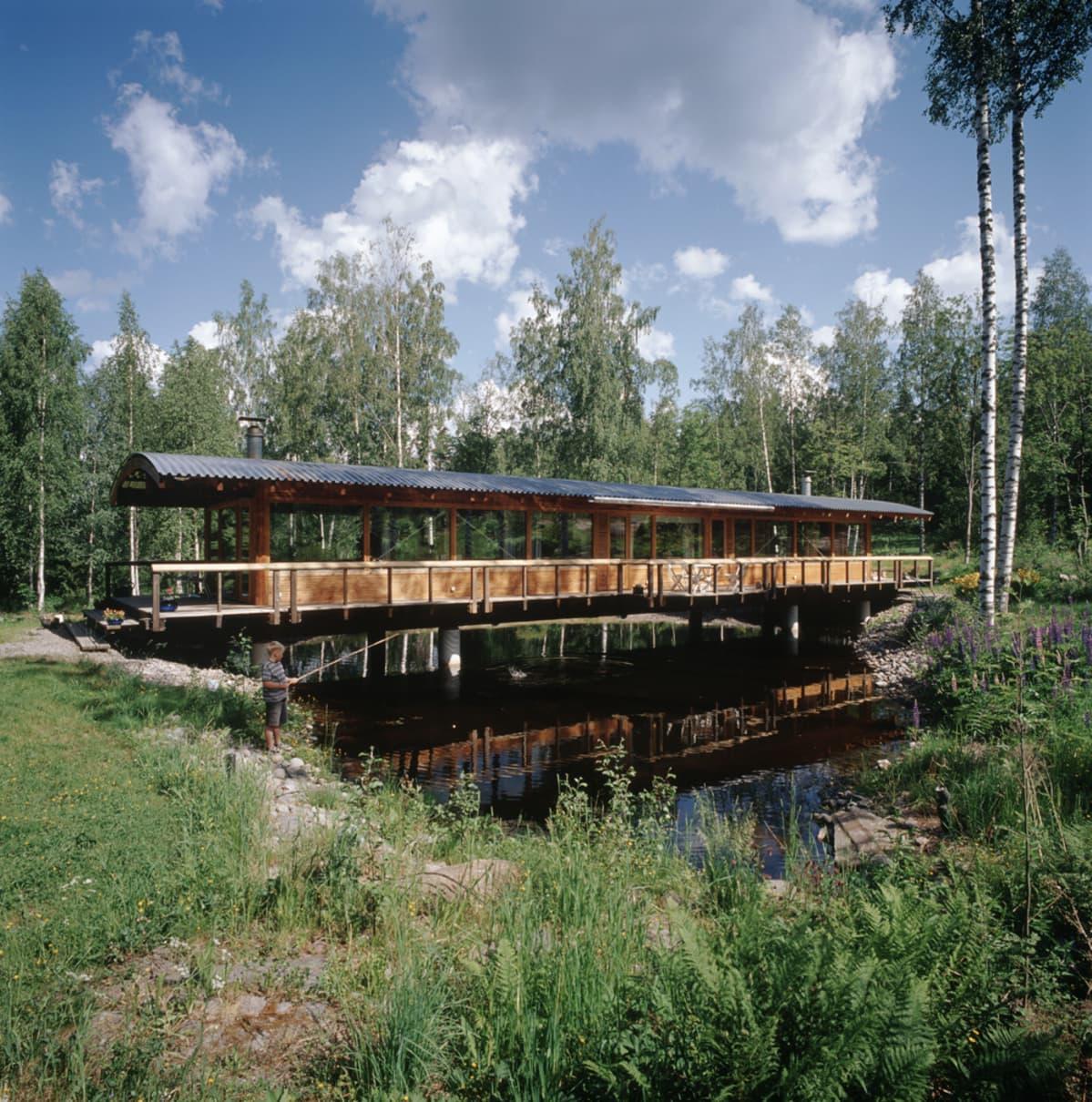 Jukka Siren suunnitteli vuonna 2001 Karkkuun valmistuneen Puente Soivio -huvilan. Se kurottuu siltamaisena rakennuksena puron yli, joka myöhemmin padottiin lammeksi.