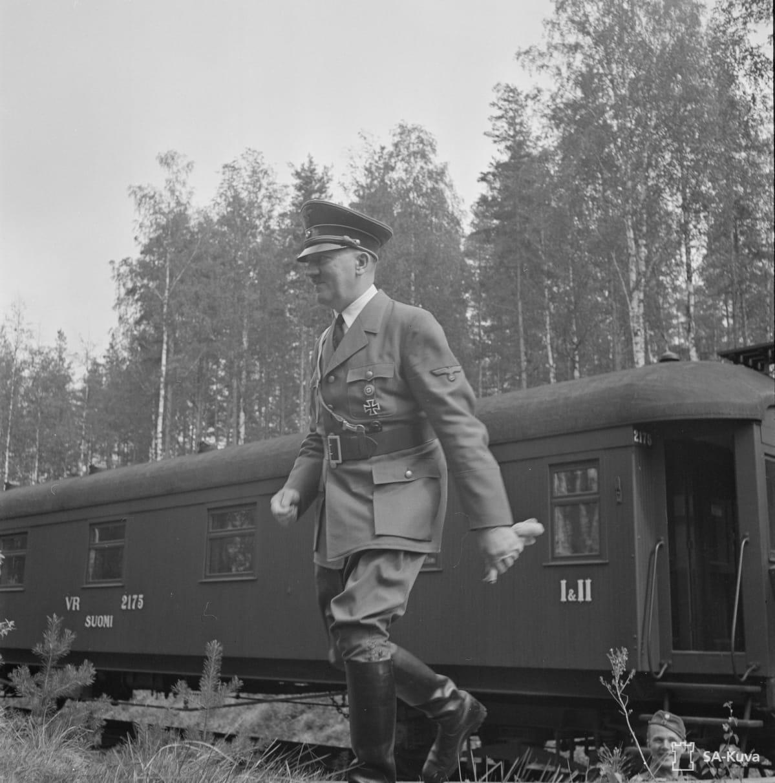 Adolf Hitler kävelee