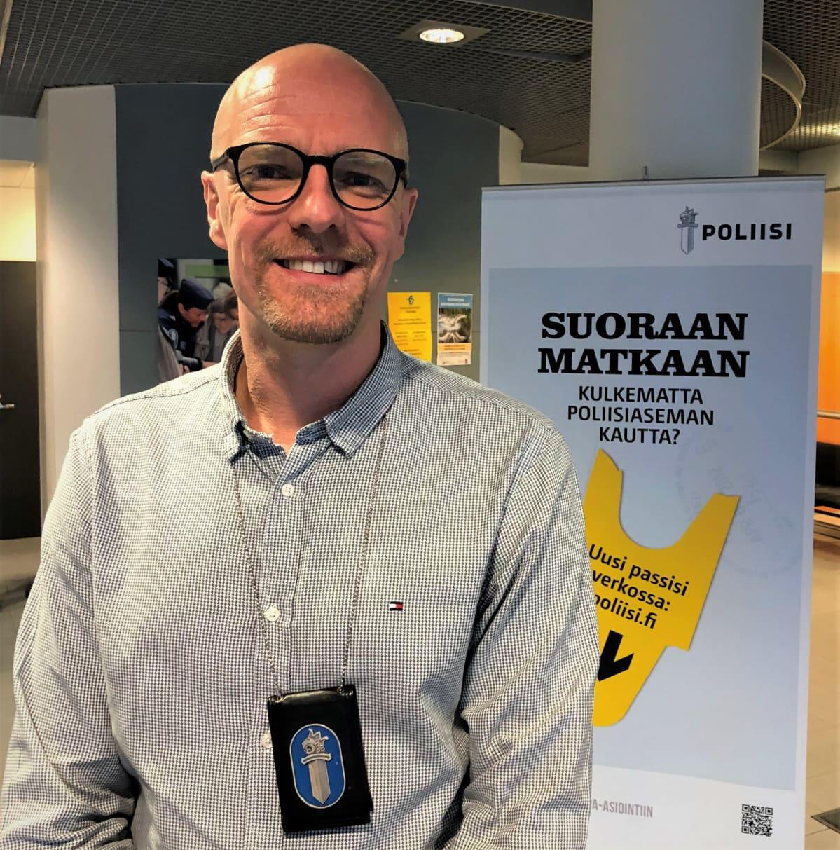 Rikosylikonstaapeli Heikki Järnström virkamerkki kaulassa.