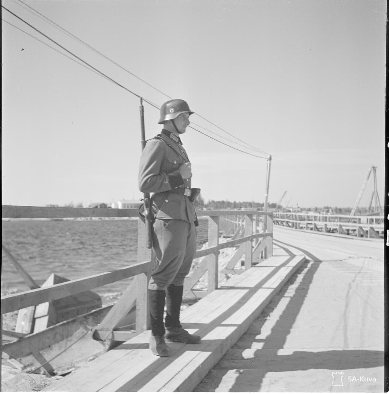 Saksan armeijan sotilas vartioi Kemijoen ylittävää  pioneerisiltaa kesällä 1941.