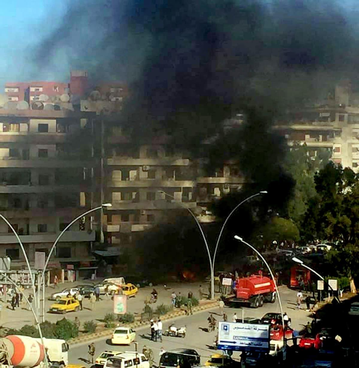Savua nousee raketti-iskun jäljiltä Latakiassa Syyrian rannikolla.