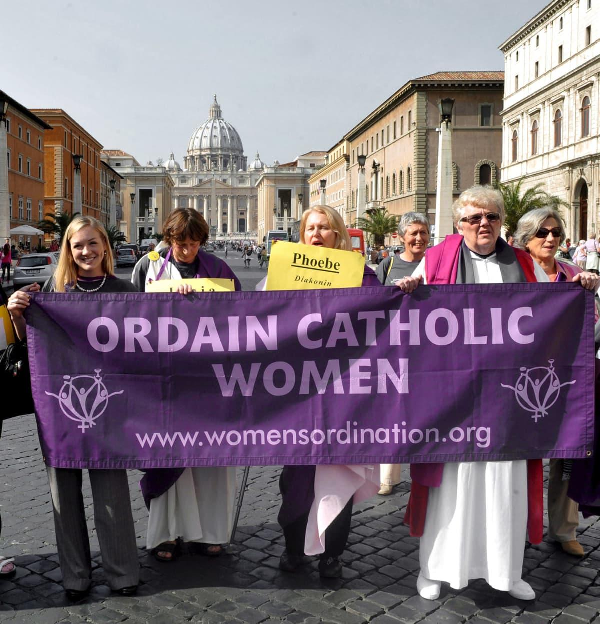 Naiset osoittavat mieltään Roomassa.