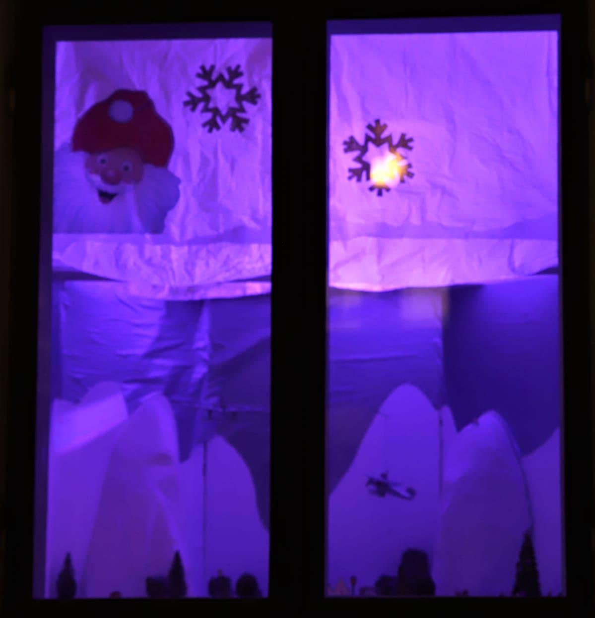 jouluaskarteluja ikkunassa