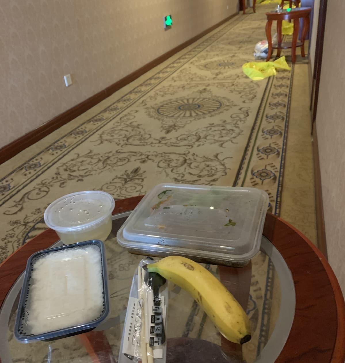 Ruoat tuodaan kolmesti päivässä oven ulkopuolelle pöydälle.