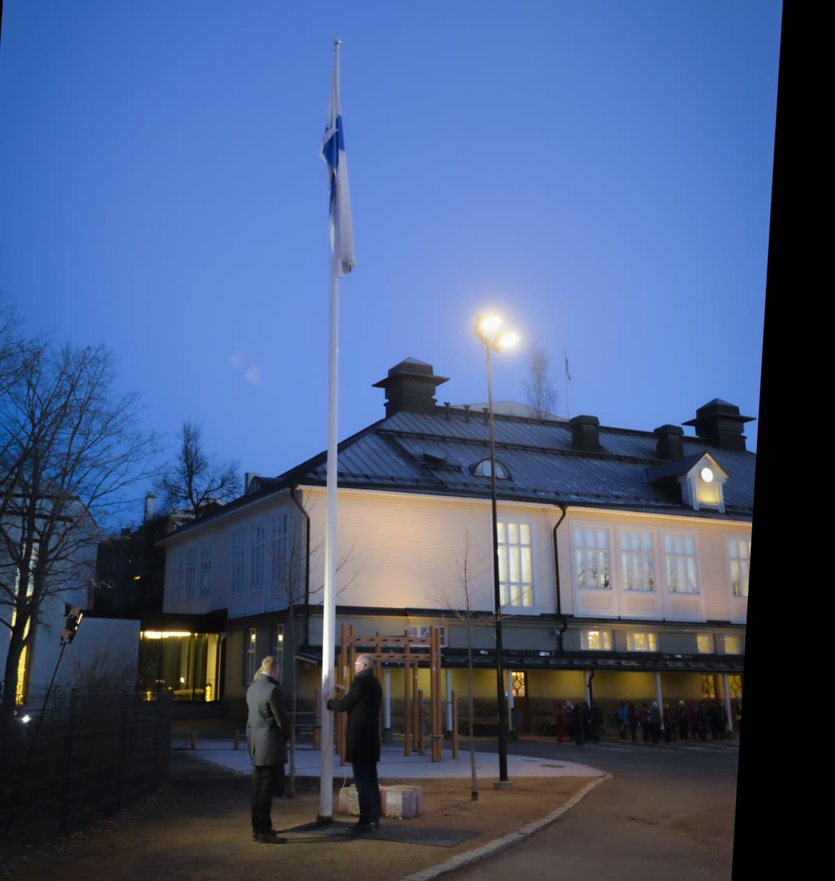 Timo Koivisto kaupunginjohtaja nostaa lipun ensimmäisenä lasten oikeuksie päivänä, Puistokoulun pihalla.