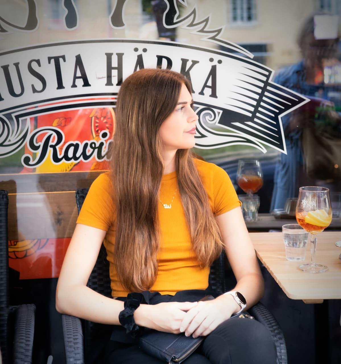 Nuori nainen ravintola Mustan Härän terrassilla