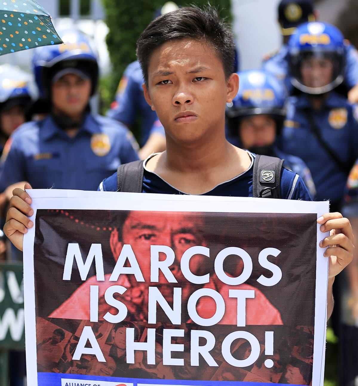 Nuori mies mielenosoituksessa.