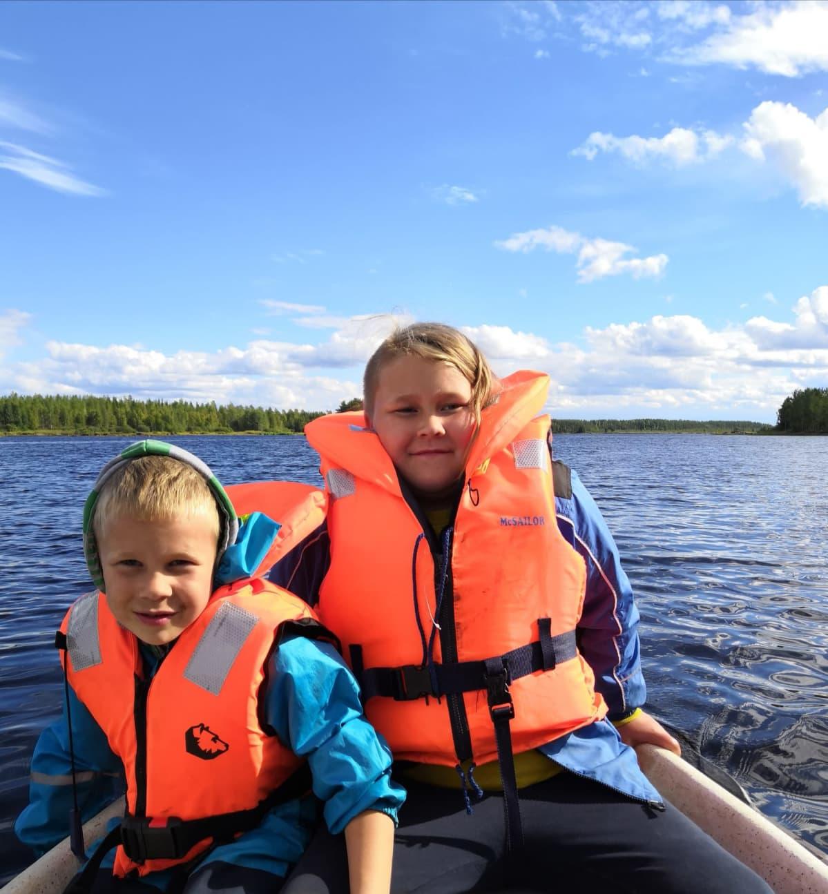 Niilo ja Otto soutuveneessä.